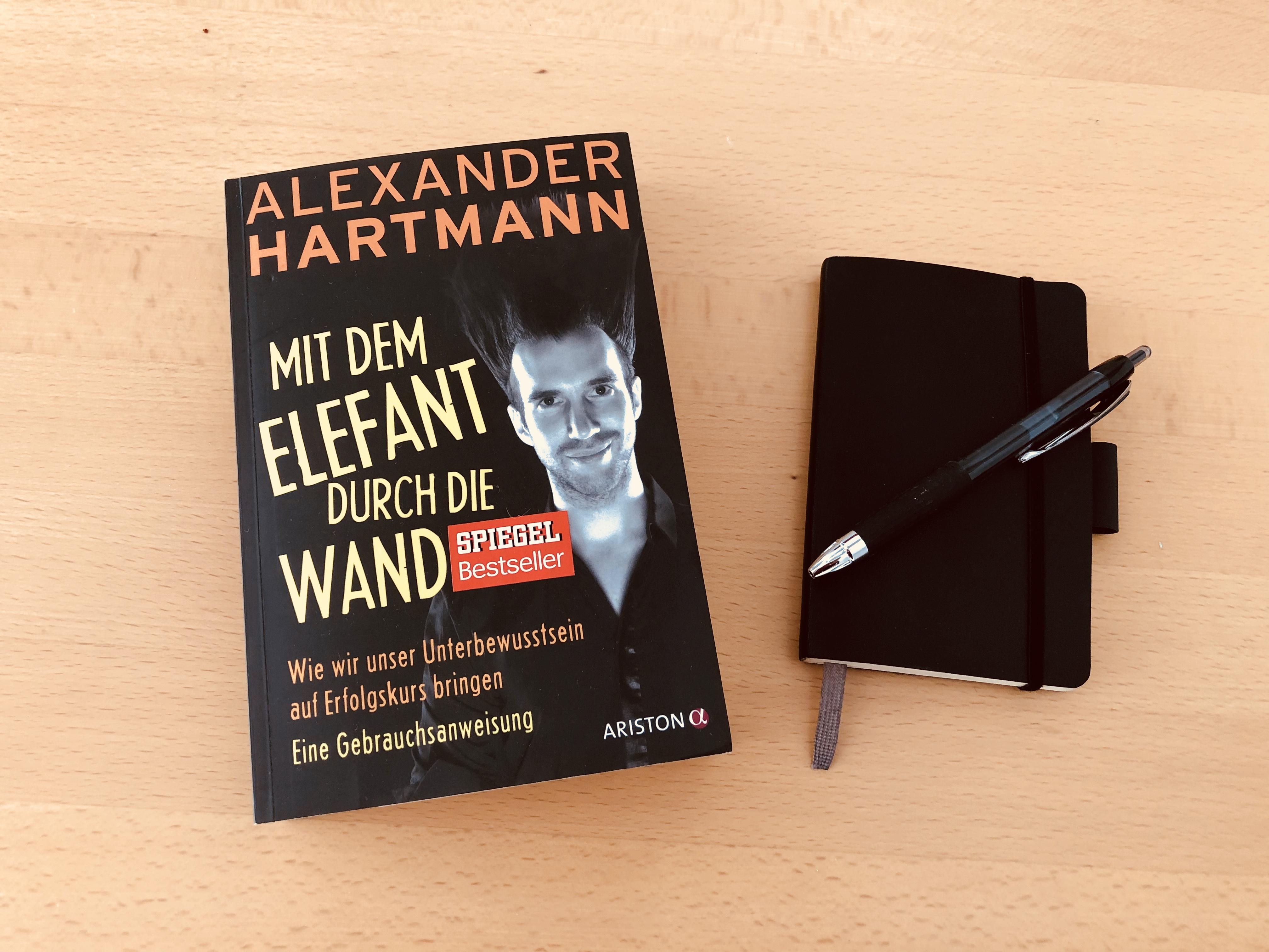 Buchtipp: Alexander Hartmann – Mit dem Elefanten durch die Wand